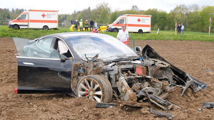 tesla s accident survivors germany model  unfall icking fuenf verletzte rs7cds8ujng