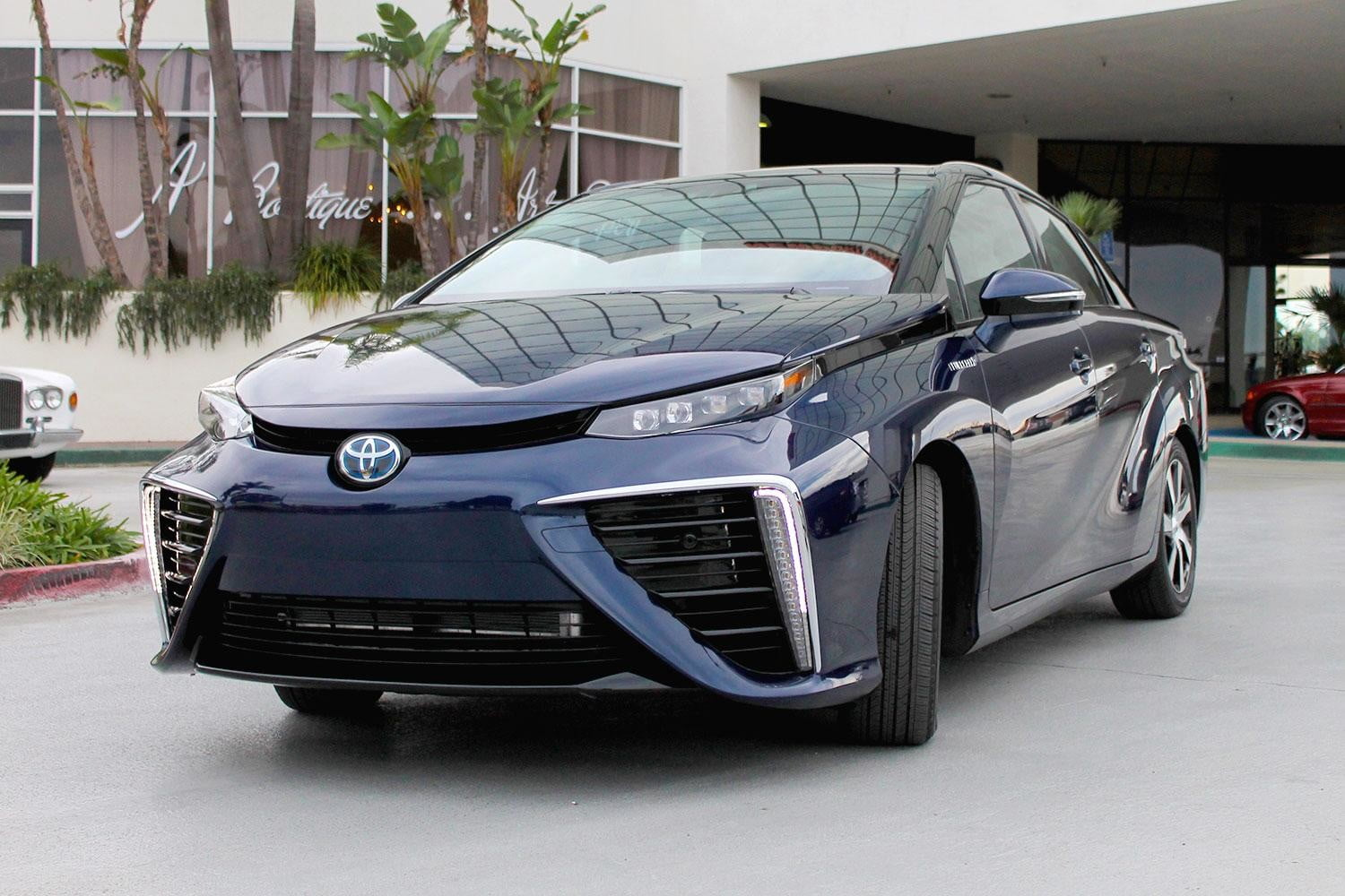 2015 car of the year awards 2016 toyota mirai front angle