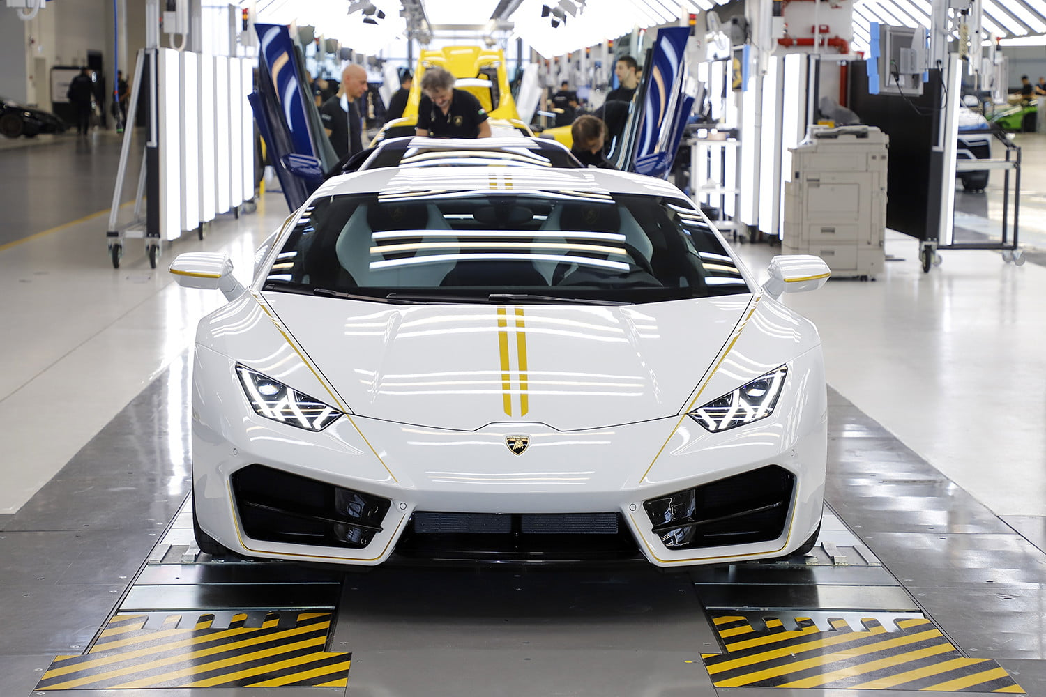 lamborghini gifts huracn lp580 2 to pope francis for charity 2017  digitaltrends gets a huracan 6
