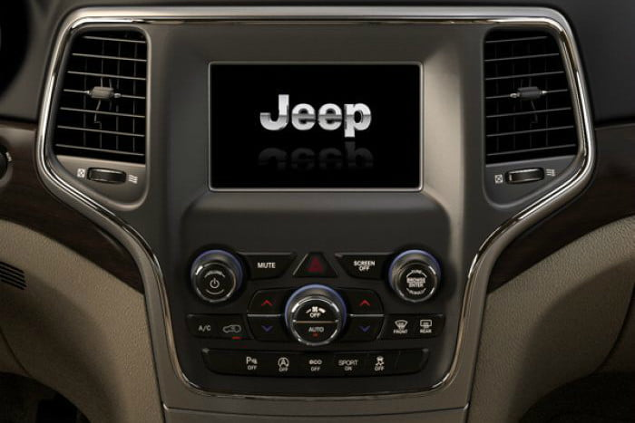 2018 Jeep Grand Cherokee Laredo Uconnect 4 with 7-inch touchscreen