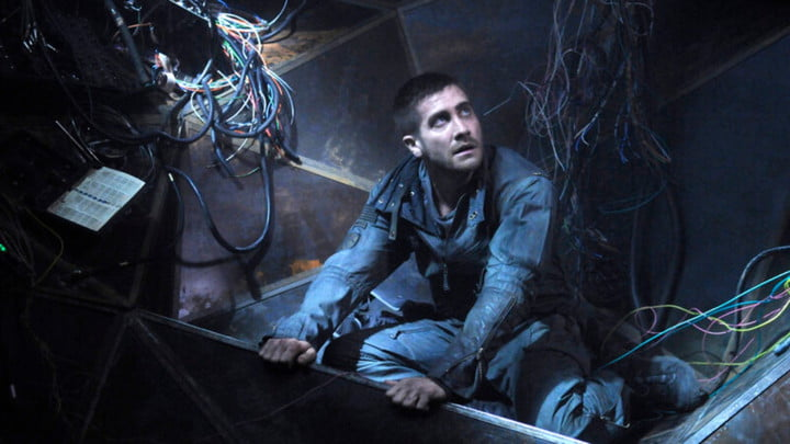 Jake Gyllenhaal surrounded by wires in Source Code.