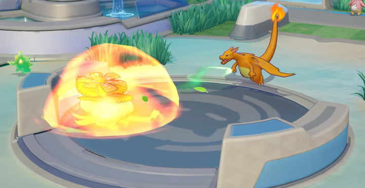 Charizard attacking an enemy in Pokémon Unite.