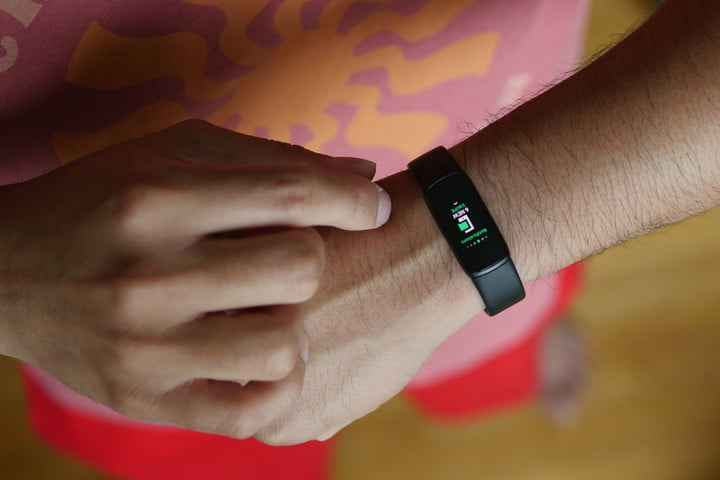 Fitbit Luxe AMOLED screen with a notification.