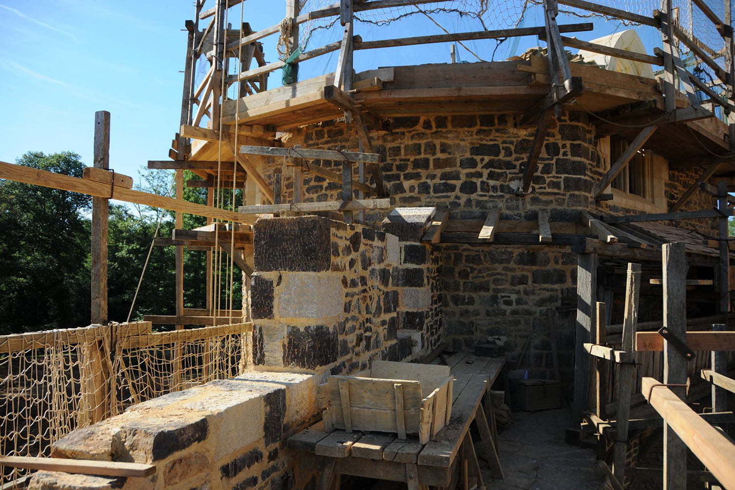 the guedelon castle is being built with 13th century techniques gu  delon 0024