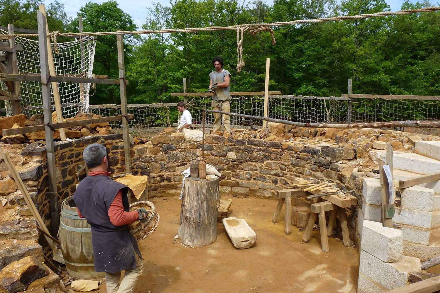 the guedelon castle is being built with 13th century techniques gu  delon 008