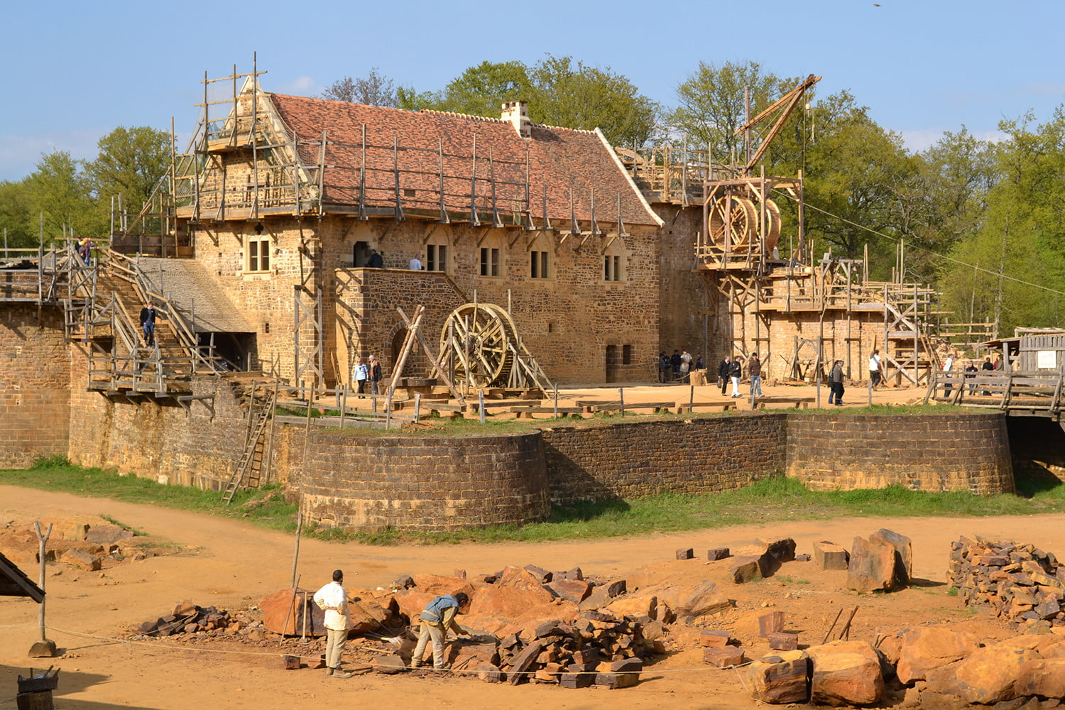 the guedelon castle is being built with 13th century techniques gu  delon4