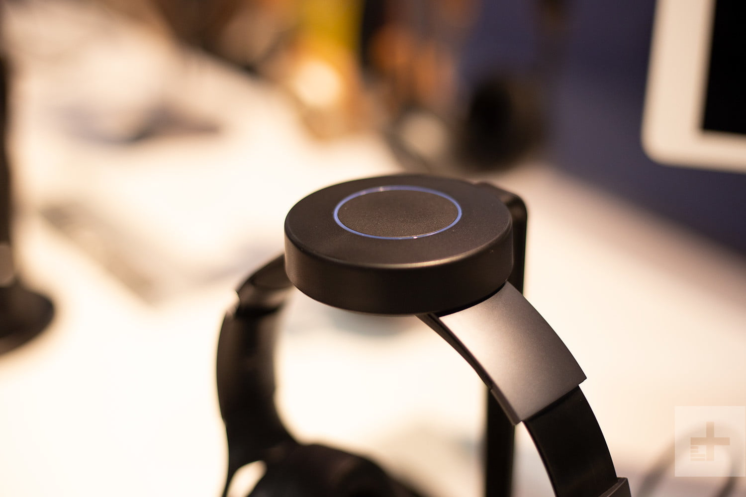 hivi aw 85 headphones wireless charger ces 2019 3