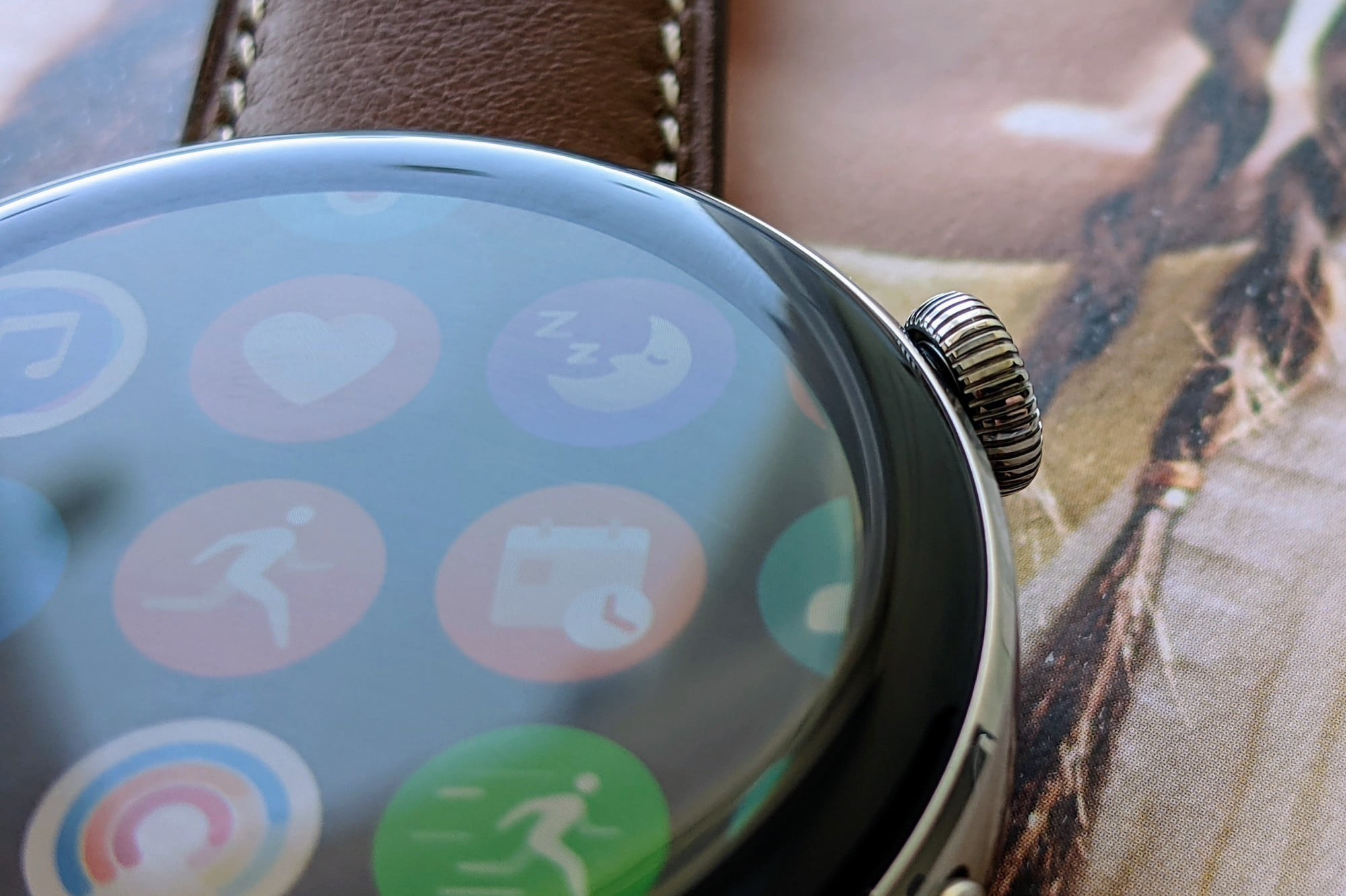 The texture of the Huawei Watch 3's crown