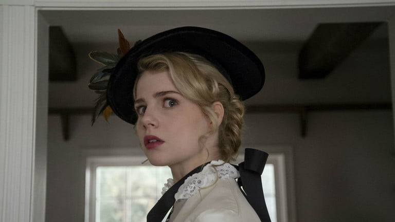 Lucy Boynton trong I Am the Pretty Thing That Lives in the House.