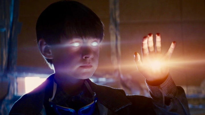Jaeden Martell with glowing eyes and a glowing hand in a scene from Midnight Special.
