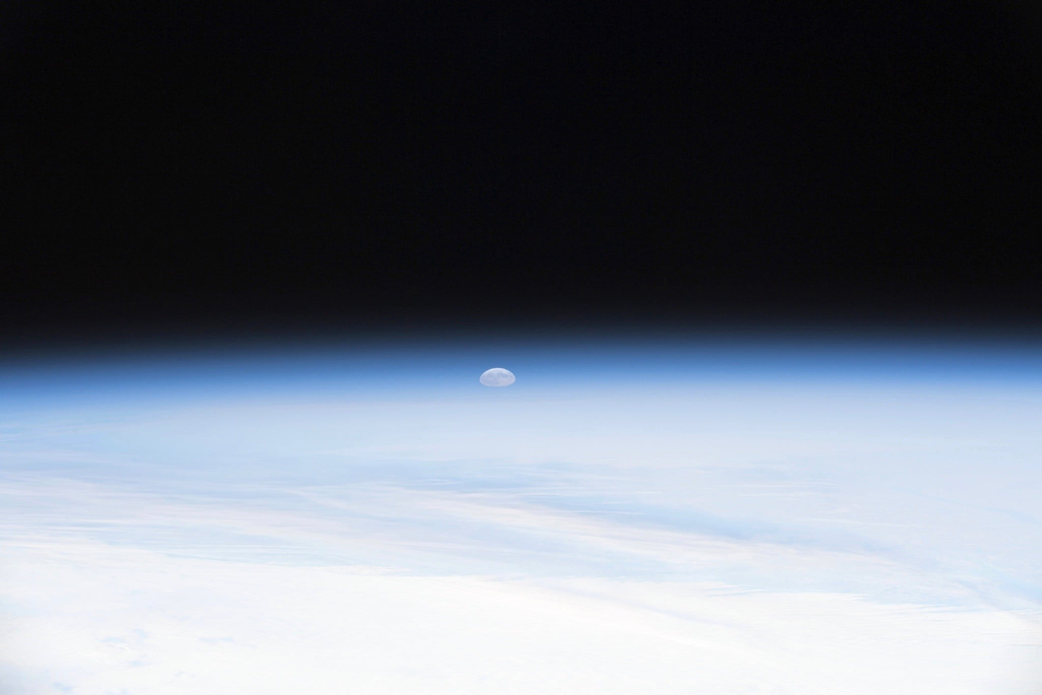 astronaut captures stunning moonrise from space station 1