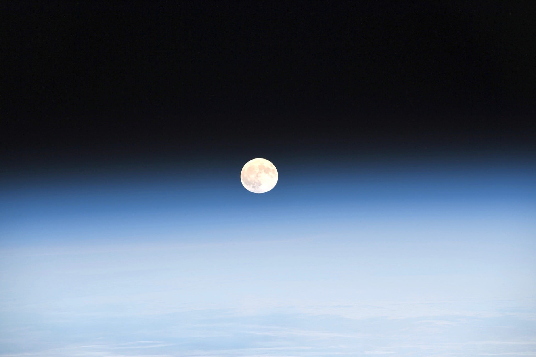 astronaut captures stunning moonrise from space station 5