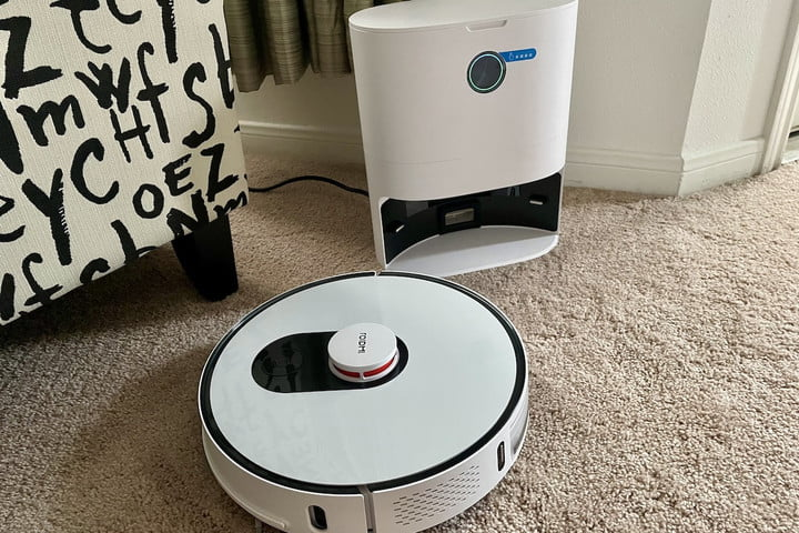 The Xiaomi Roidmi with charging base/dust collector.