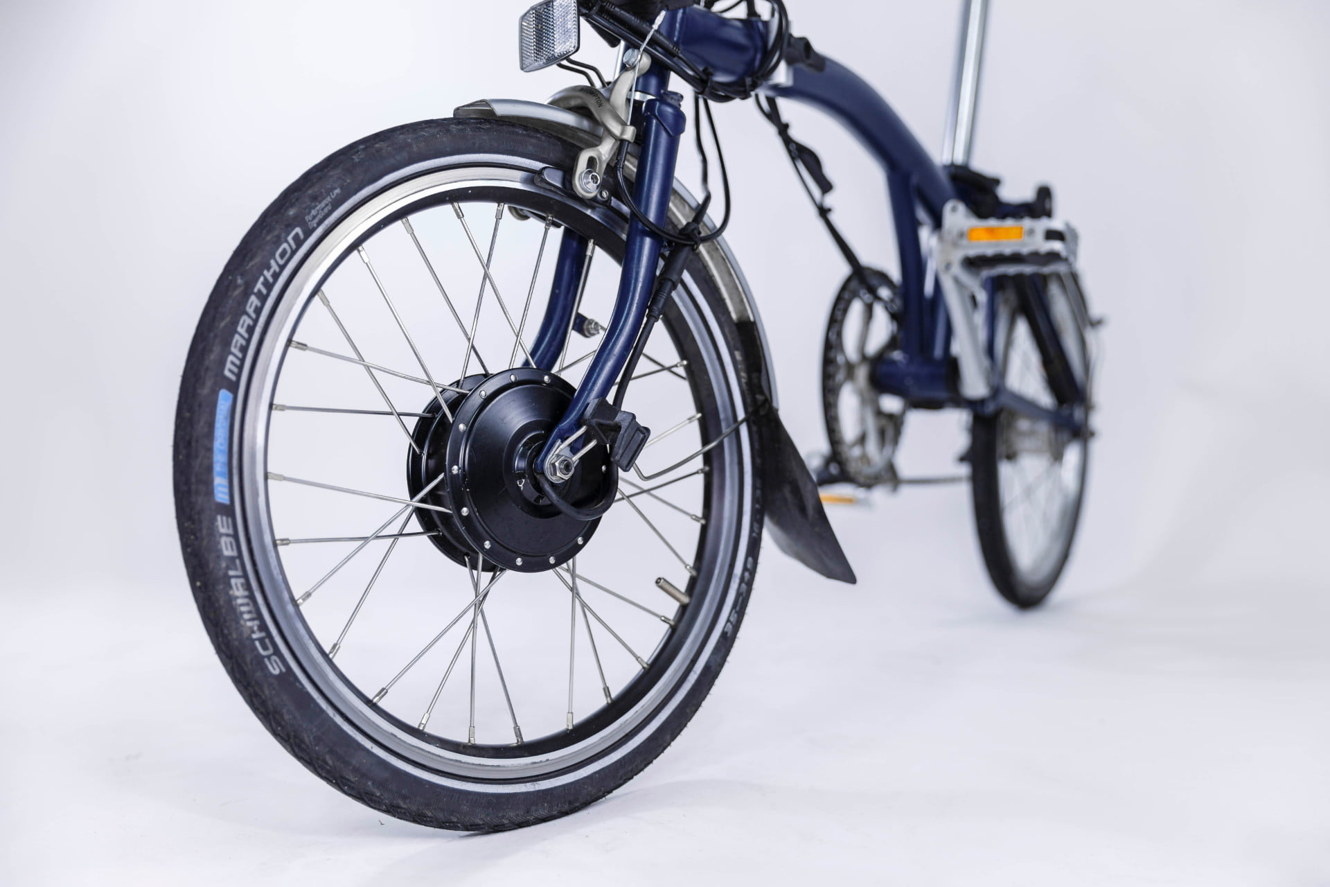 compact swytch kit converts any bike to an e for sustainable transport 5