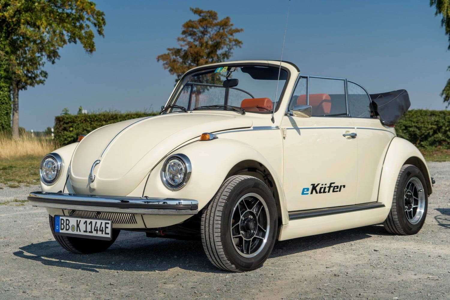 volkswagen updates classic beetles with modern electric powertrains e beetle